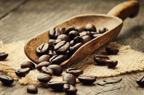 A cafeína facilita o reconhecimento de termos positivos?
