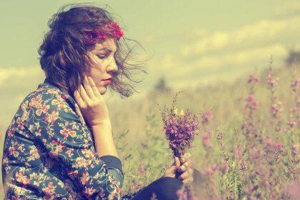 mulher-campo-flor