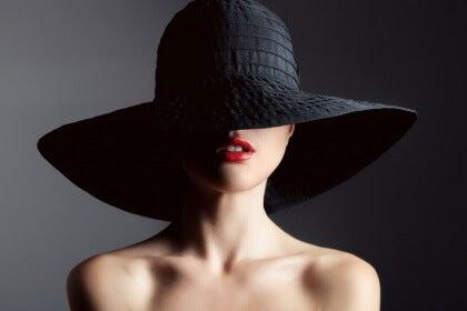Mulher usando chapéu