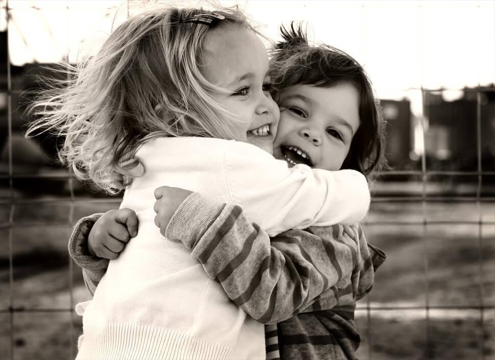 Amigos que se abraçam forte e o mundo respira comigo