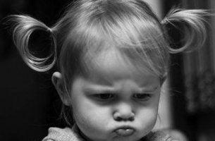 Menina aborrecida que não quer discutir