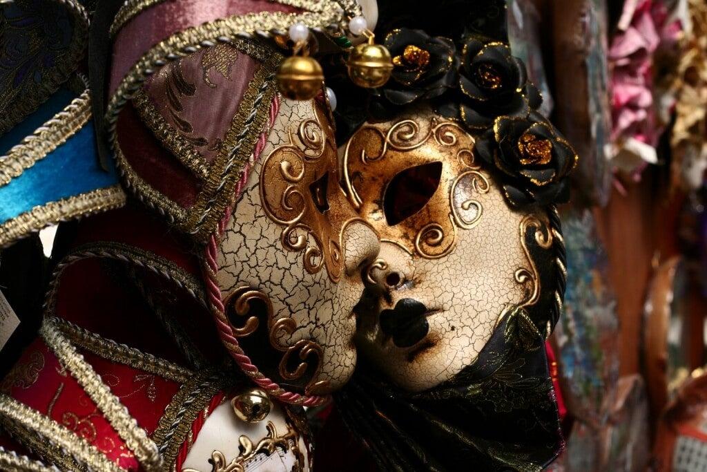 Um dia a máscara cai