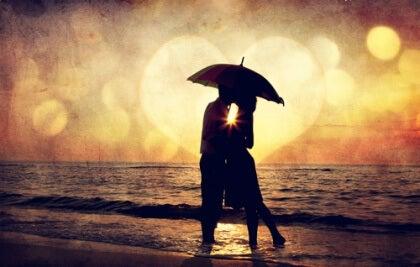 casal-na-praia-representando-o-amor