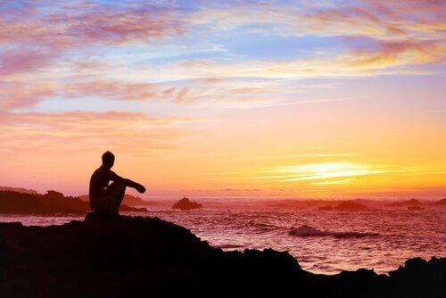 homem-assistindo-ao-por-do-sol