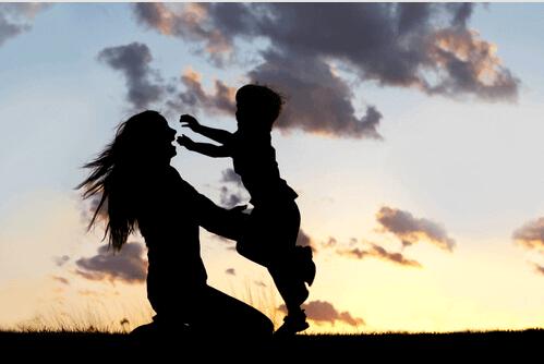 mae-abraçando-seu-filho