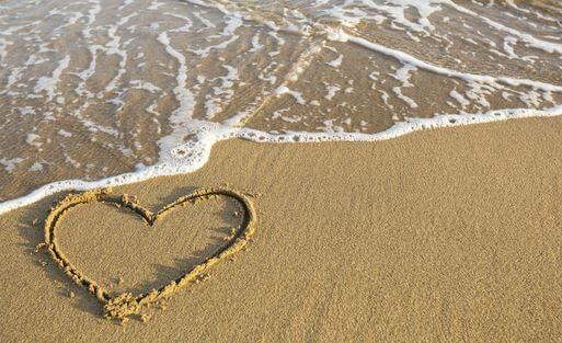 coracao-na-praia