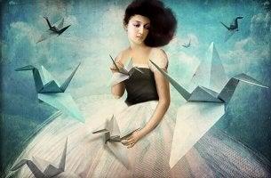 Mulher com origamis
