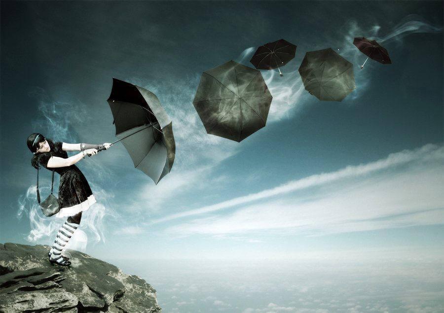 Mulher com guarda-chuva percorrendo o seu caminho