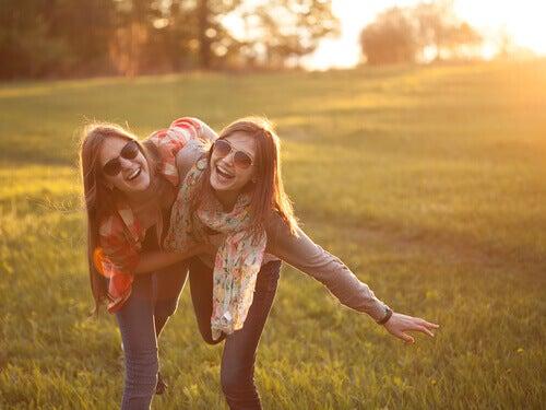Amigas sorrindo no campo
