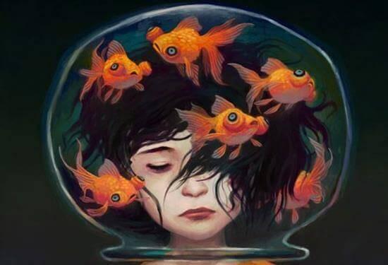 Menina presa em aquário
