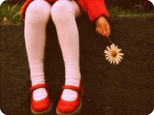 criança-com-flor-tendo-infancia-feliz