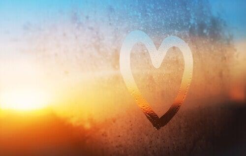 Coração desenhado no vidro