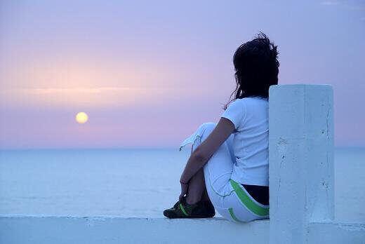 Mulher refletindo sem a necessidade de se justificar