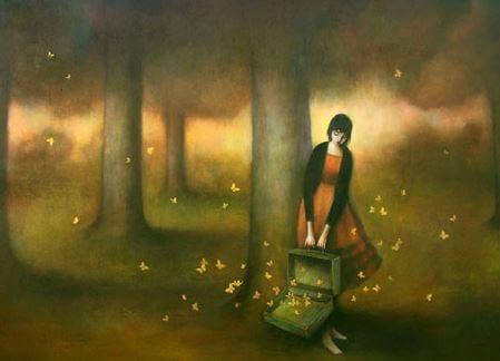 Mulher libertando borboletas
