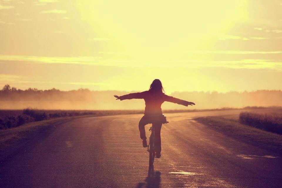 Mulher pedalando sem a necessidade de se justificar