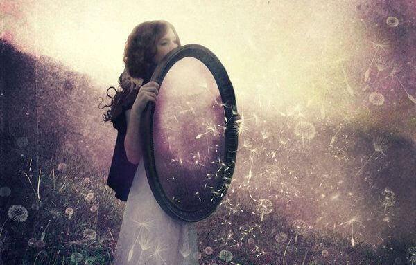 menina com espelho em um conto de fadas