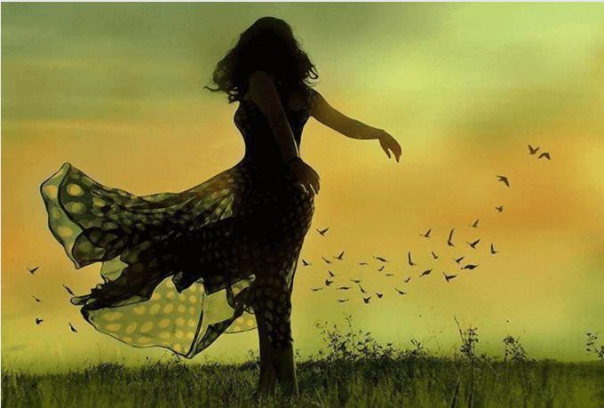 mulher dançando no campo