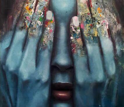 rosto de mulher ocultado por abusos