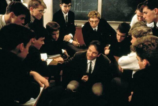Jovens alunos em volta de um professor