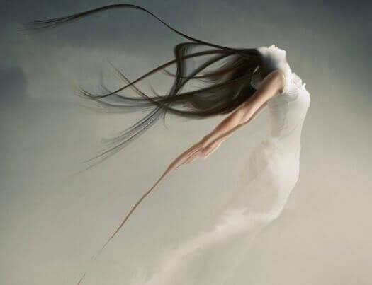 Mulher com vestido branco