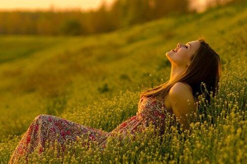 Mulher sorrindo no campo