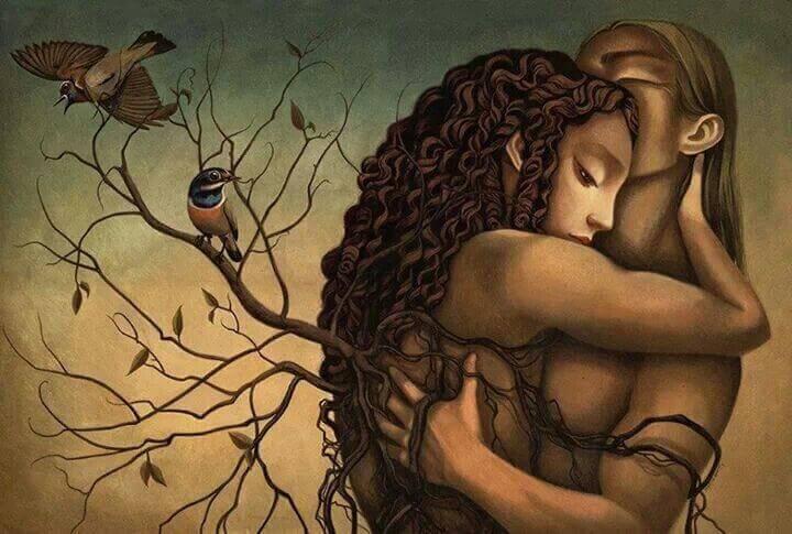 casal-abraçado-em-meio-a-natureza