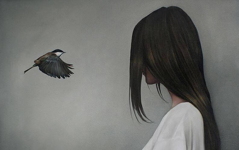 Mulher com pássaro pensando na sua responsabilidade