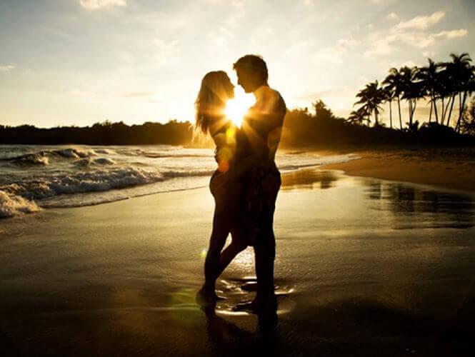 casal-apaixonado-na-praia