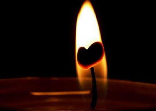 vela com chama de coração