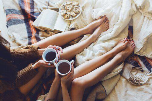 Amigas tomando café e comendo biscoitos