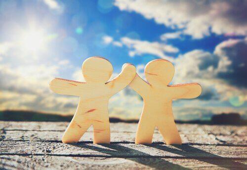 Dois bonecos de mãos dadas símbolo da amizade