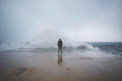 homem-corajoso-enfrentando-o-mar