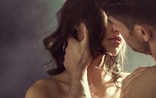 Homem beijando uma mulher