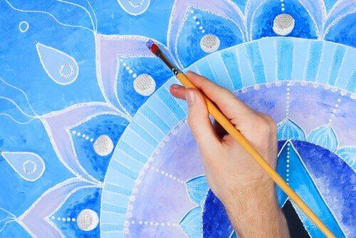 Mão colorindo um mandala