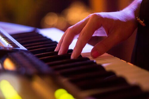 Mão tocando piano