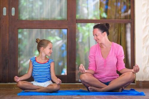 mae-e-filha-meditando