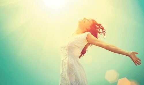 mulher-feliz-comemorando-o-primeiro-dia-do-resto-de-sua-vida