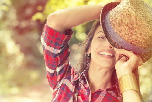 mulher-sorrindo-com-chapeu