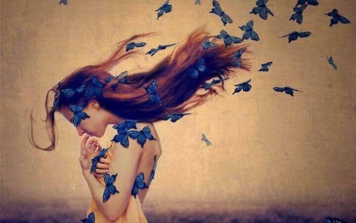 Mulher com borboletas azuis no cabelo