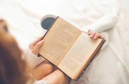 Mulher lendo para começar o dia