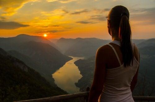 Mulher observando horizonte