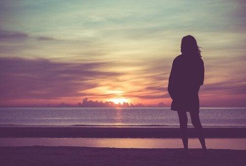Mulher olhando o horizonte