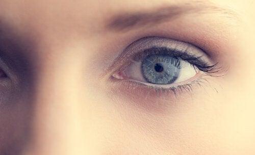 Olho azul de uma mulher