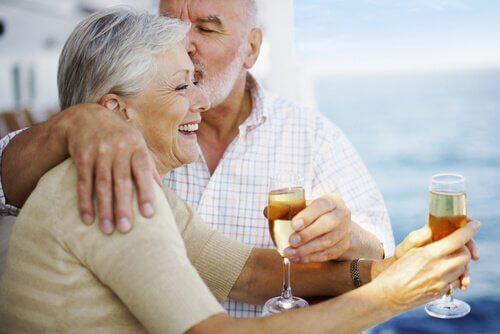 casal-de-idosos-aproveitando-a-vida