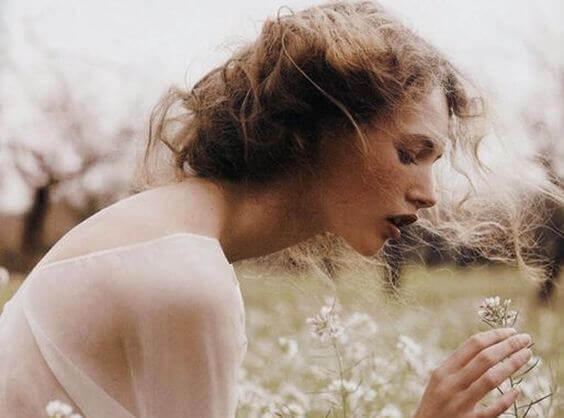 mulher-pegando-flor