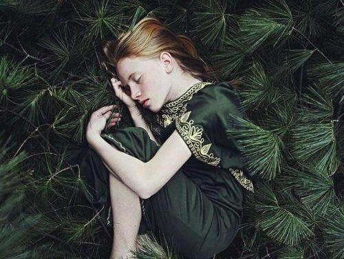 menina-dormindo-floresta
