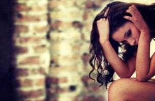 Mulher com medo de se machucar