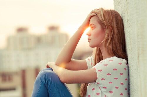 menina-pensando-com-medo-de-se-machucar