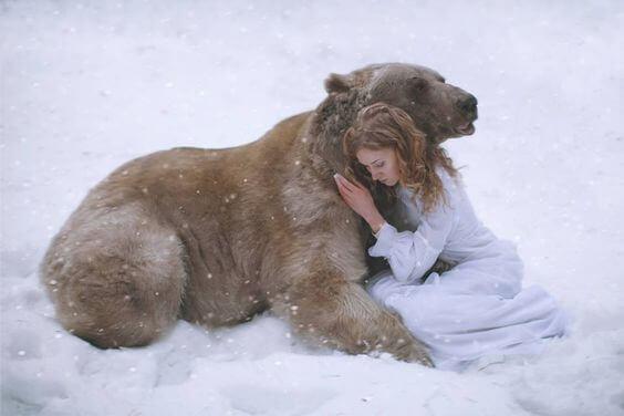 menina-abraçada-a-um-urso