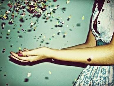 mulher-com-confete-nas-maos